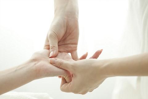 yoga-science-de-vie-reflexologie-main